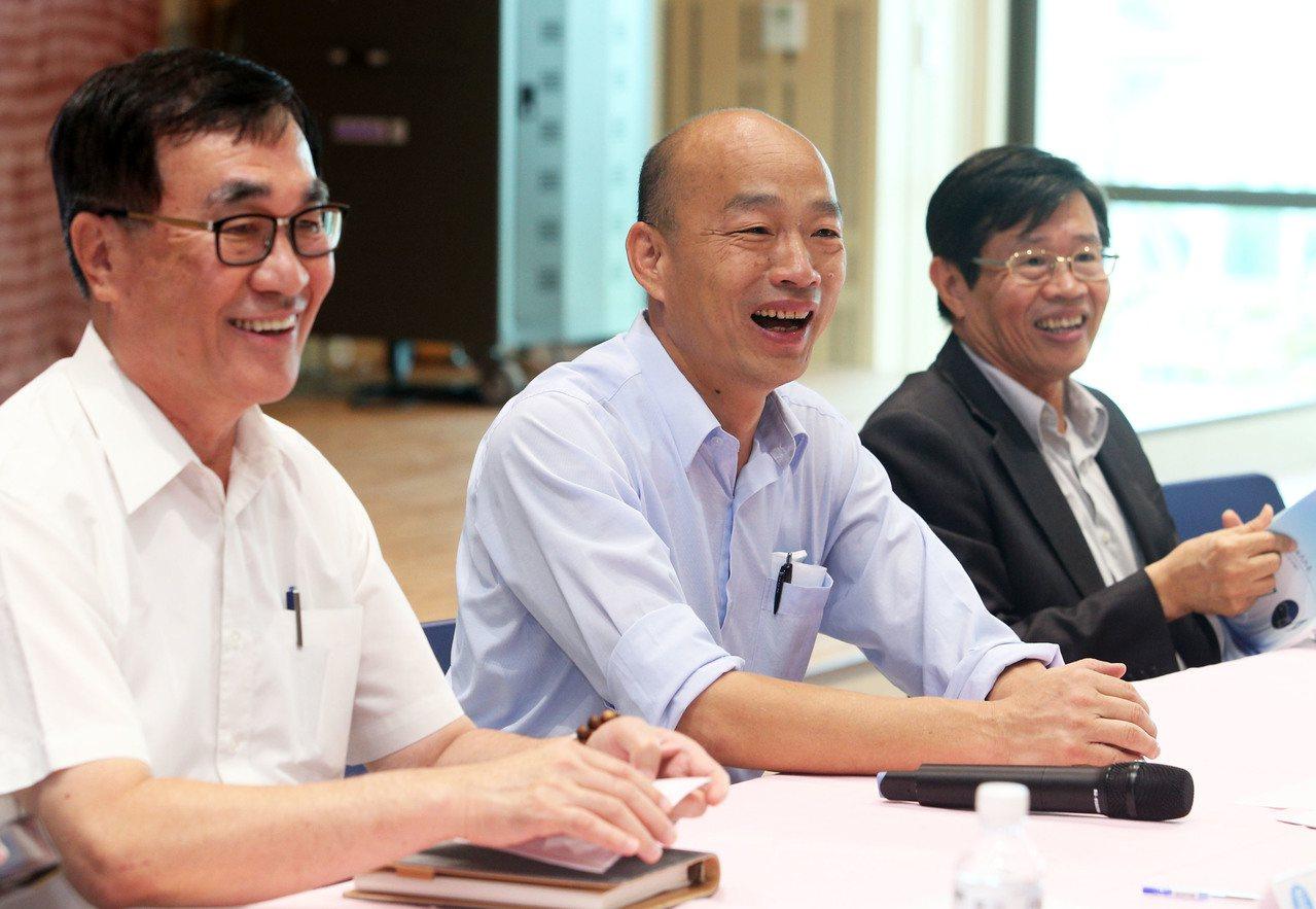 高雄市长韩国瑜(中)与副市长李四川(左)。 联合报系资料照/记者刘学圣摄影
