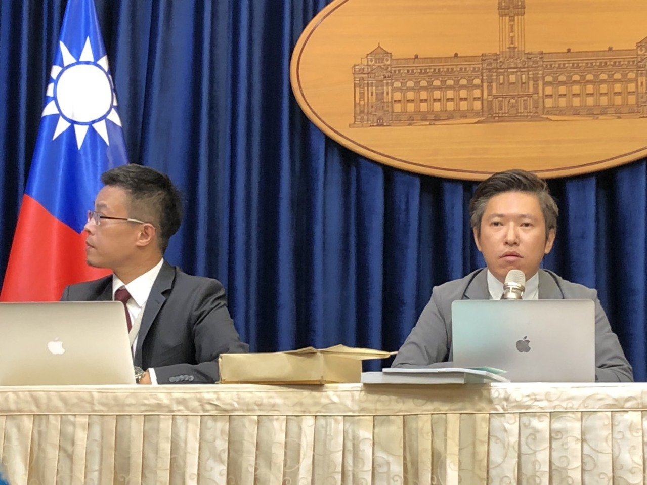 总统府发言人黄重谚(左)及张惇涵(右)。记者潘姣琪/摄影