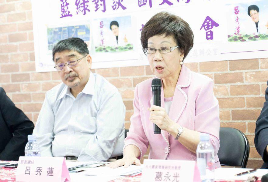吕秀莲(右)邀请施正锋(左)与蓝营进行外交对谈。(photo by张元融/台湾醒...