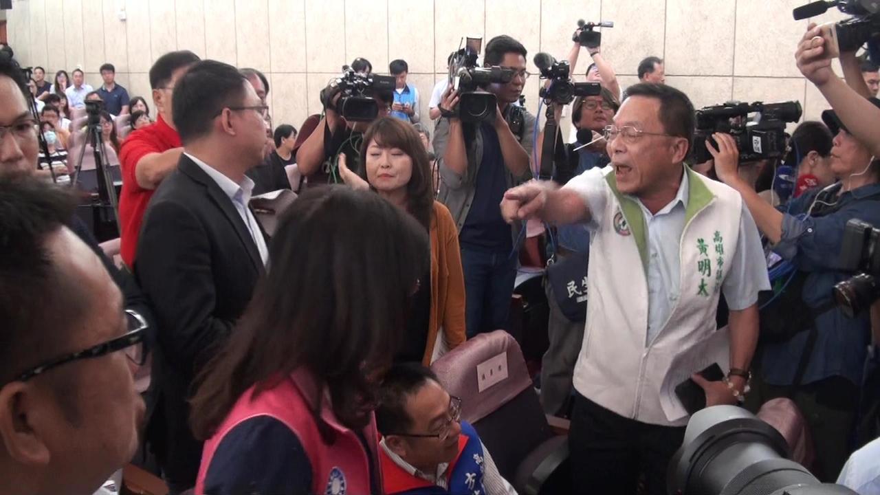 高雄市长韩国瑜今天上午在议会举办预算说明会,结果台上台下议员吵成一团。记者王昭月...