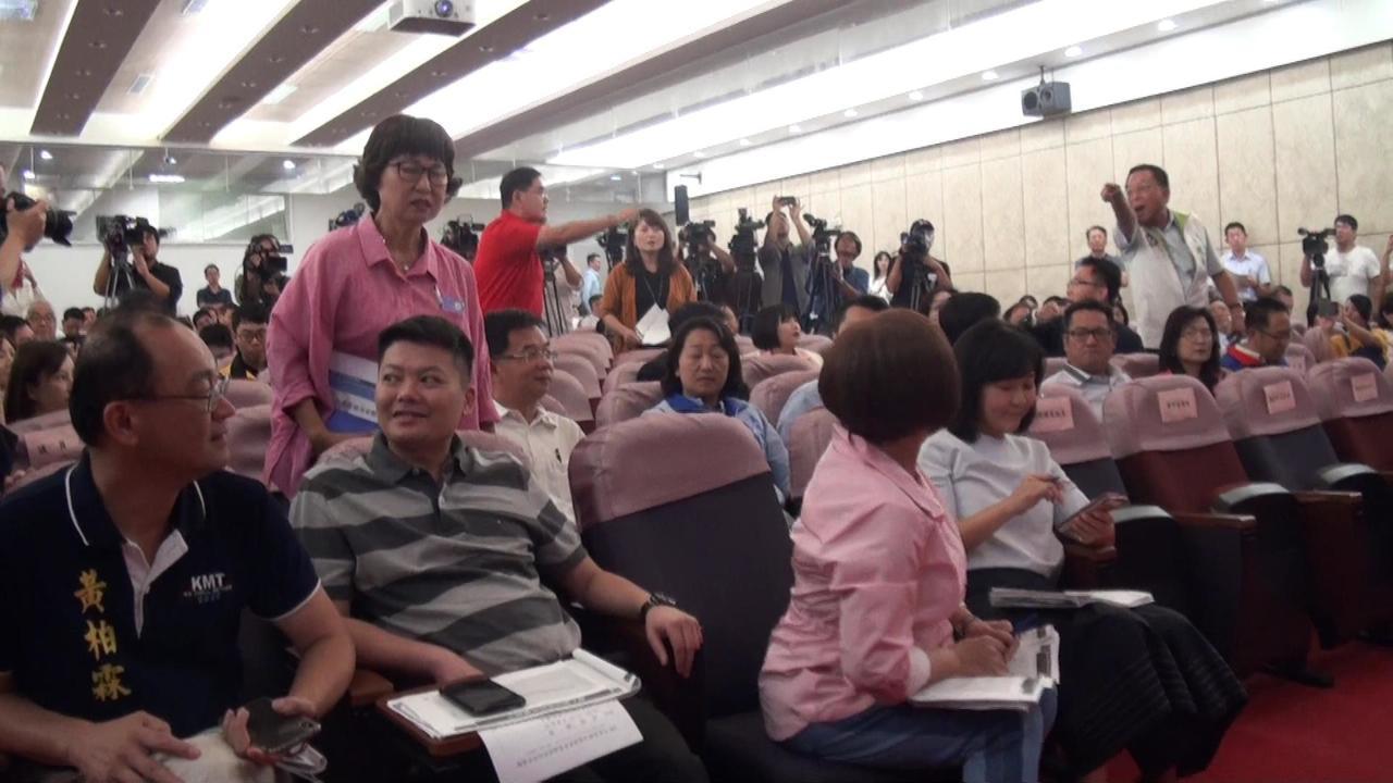 高雄市长韩国瑜今天上午在议会举办预算说明会,不意台上台下议员吵成一团。记者王昭月...