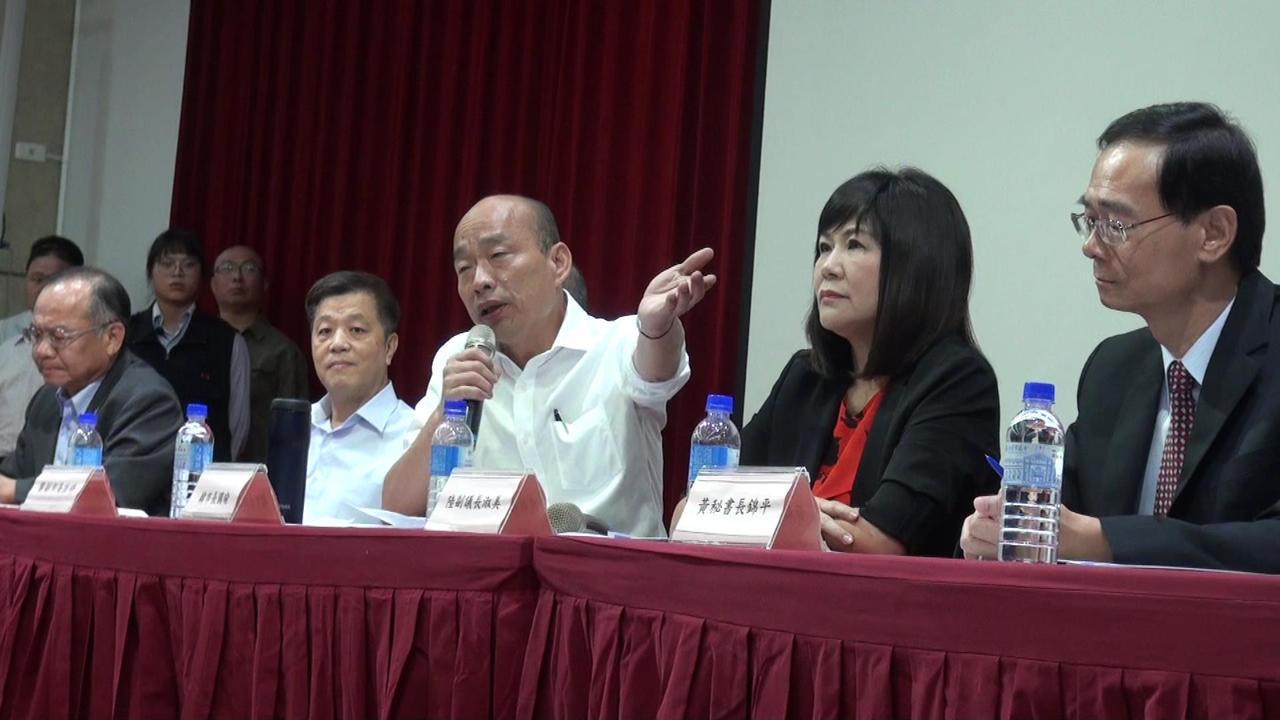 高雄市长韩国瑜(右三)反问,挖石油谁讲的。记者王昭月/摄影