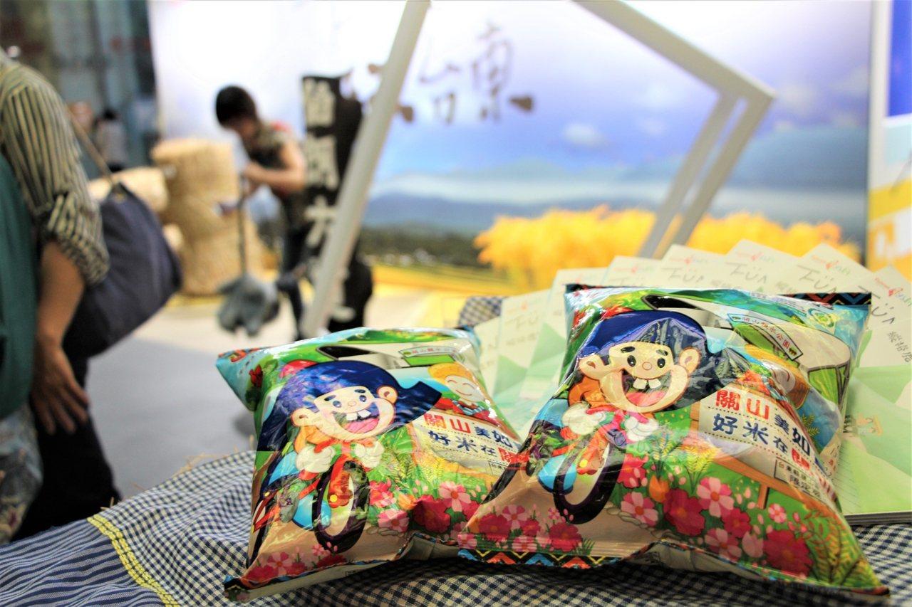 台东县政府将池上伯朗大道搬到高雄美丽岛捷运站,10月2日前民众打卡上传社群,就送...