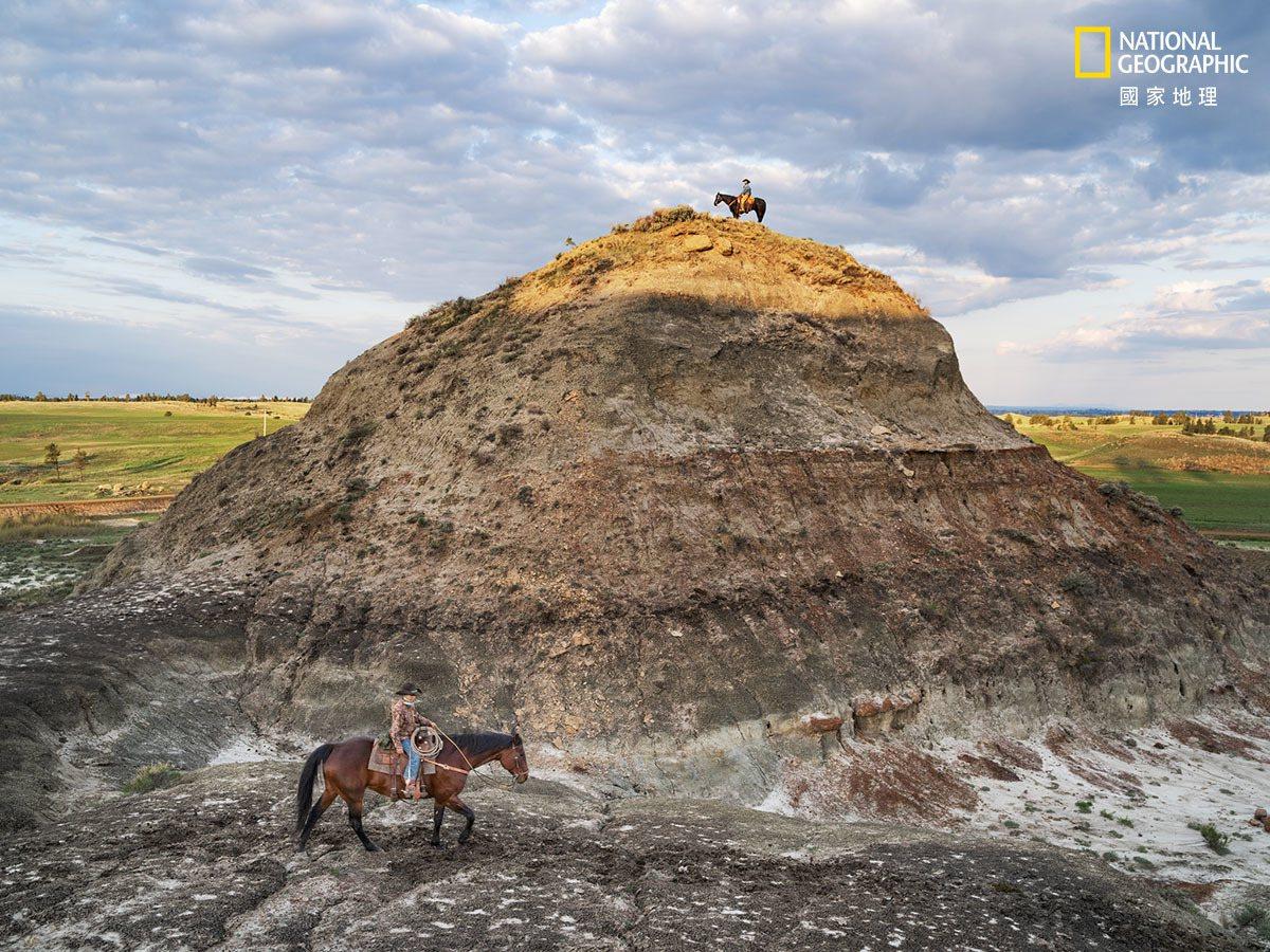住在蒙大拿州乔丹镇,在某些圈子有「恐龙牛仔」外号的牧场主克雷顿.菲普斯(画面顶端...