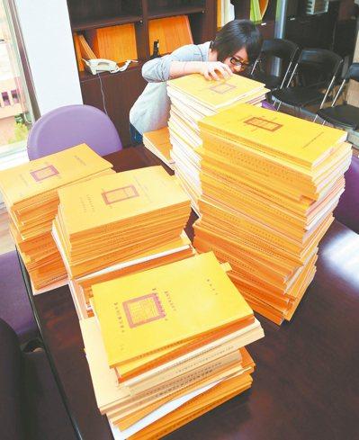 上万页的预算书,国会助理都得消化后向立委汇报重点。 图╱联合报系资料照片