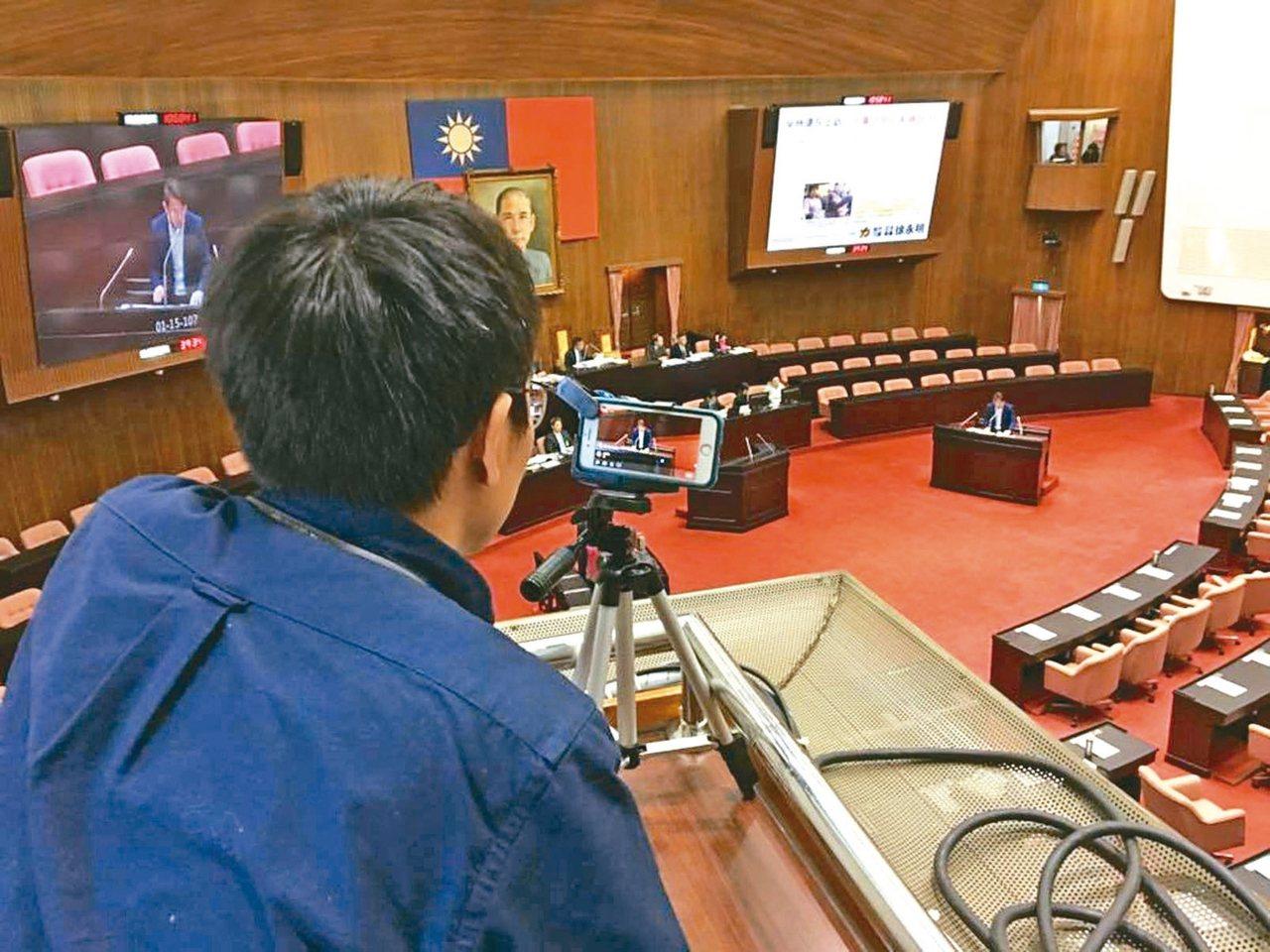 立委质询时,国会助理帮忙实况直播。(图中人物与新闻无关) 图╱联合报系资料照片