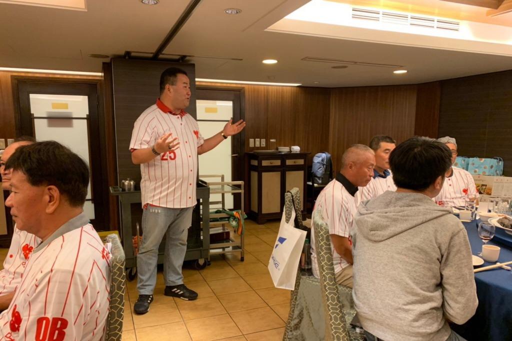 赵士强(站立者左)邀集味全龙队队元老聚会,现年83岁的前董事长简进光(站立者右)...
