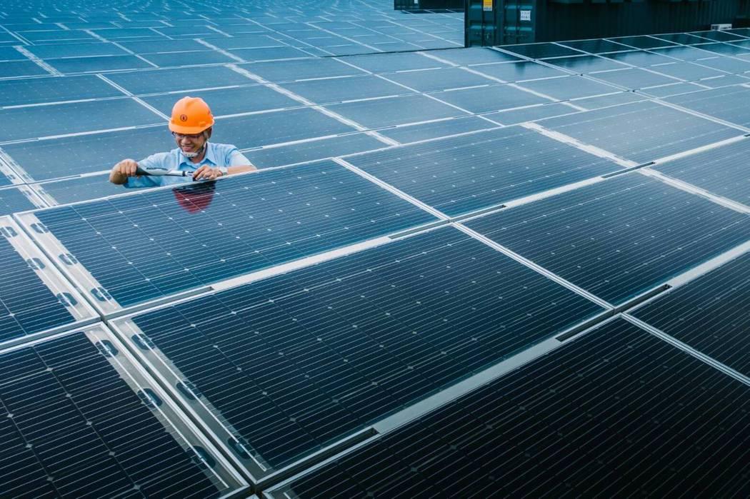 彰滨光电场使用超过30万片的高效率太阳能板,平均一天可发50万度电。图/台电提供