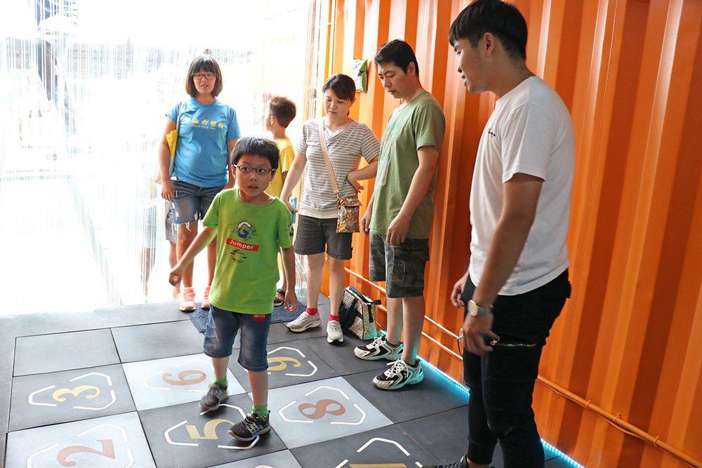 仁宝提供的智能地垫,锻炼玩家的体适能。 (照片提供/高雄市政府经济发展局)