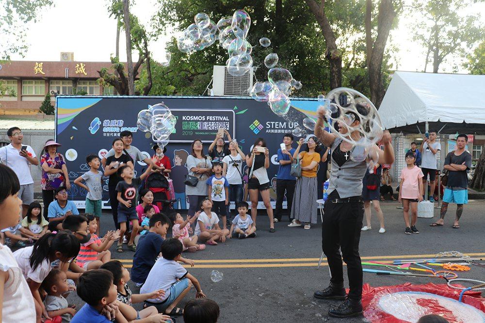 现场吸引许多市民与学生参加,场面热闹滚滚。 (照片提供/高雄市政府经济发展局)