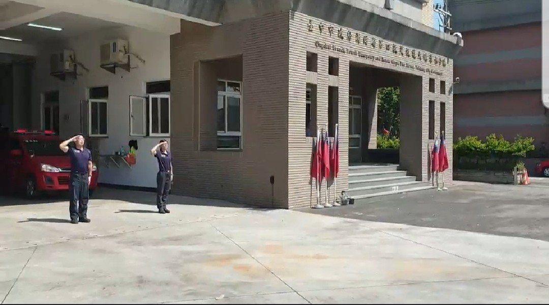 台中市消防局各消防分队的消防车,昨天齐鸣笛,消防队员敬礼,哀悼二名殉职消防队员。...