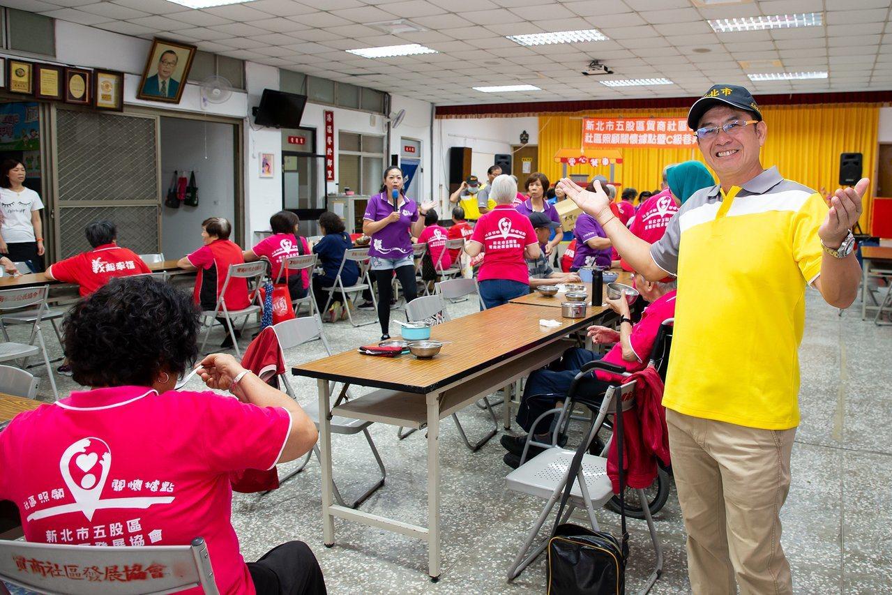 艺人洪都拉斯(右)反解锁公仆任务,在新北市五股贸商里担任1日邻长,到社区据点当老...