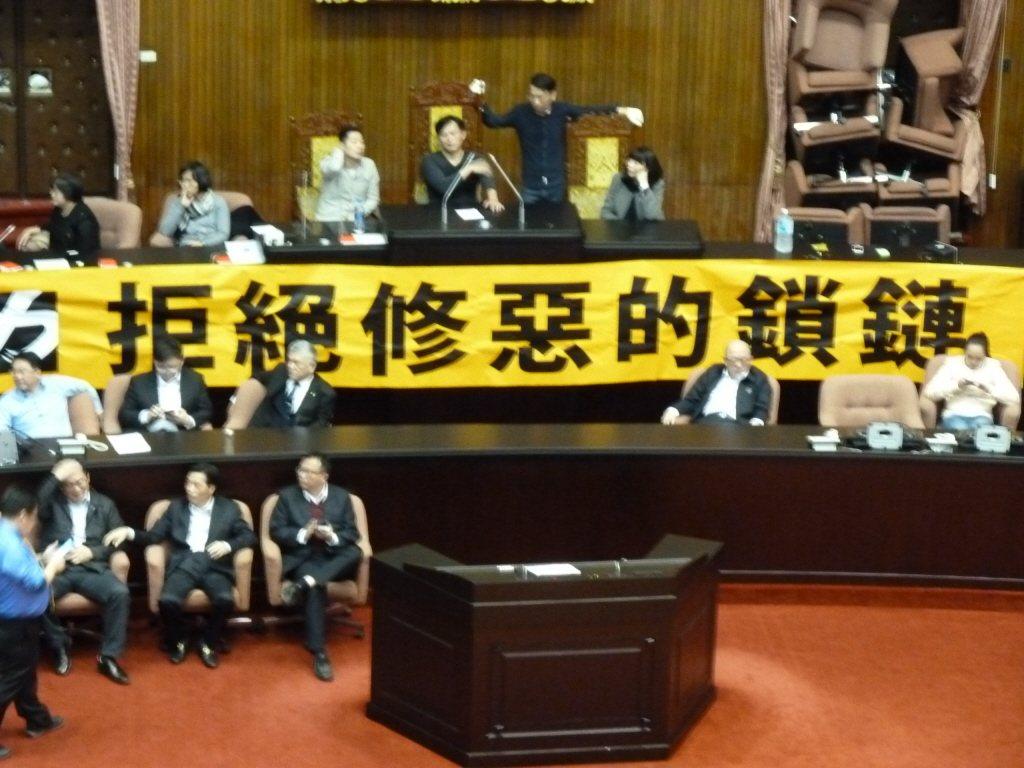 国民党团与时代力量党团曾为杯葛「一例一休」修法攻占议场。图/联合报系资料照片
