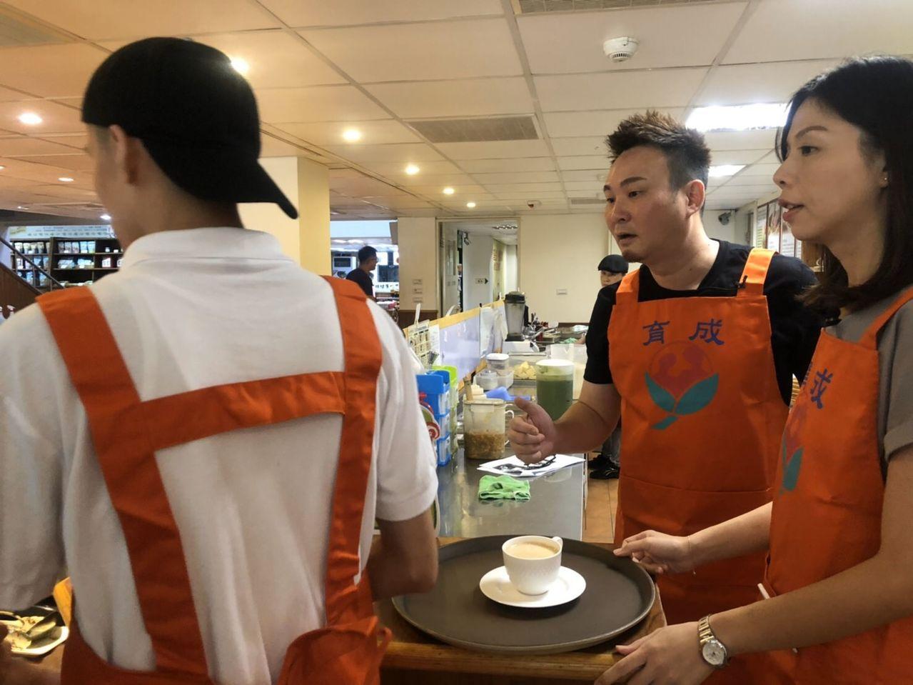 立委洪慈庸(右)挑战担任一日服务员,从点餐、打菜、煮咖啡到送餐都一手包办,展现亲...