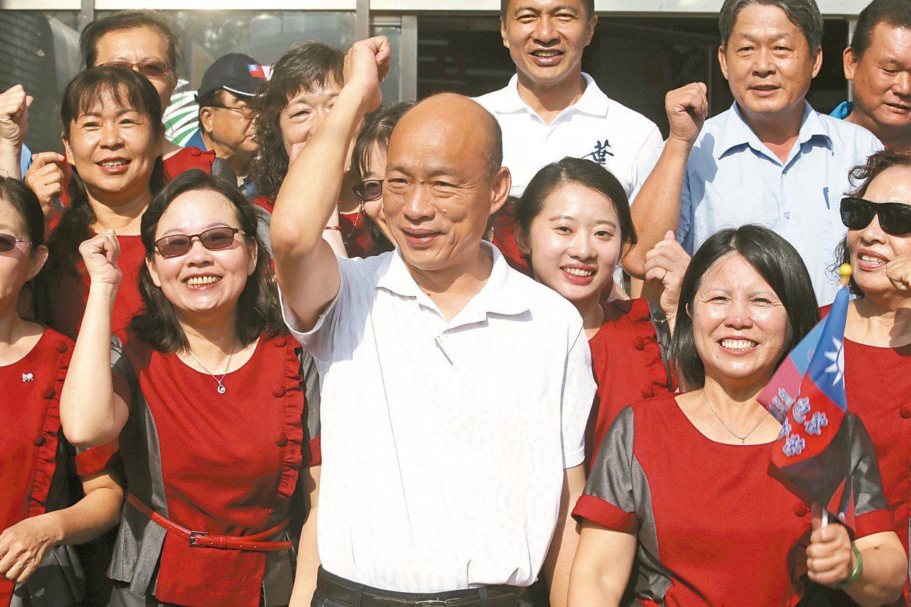 国民党总统参选人韩国瑜早上在小琉球拜会,受到许多支持者欢迎。 记者刘学圣/摄影