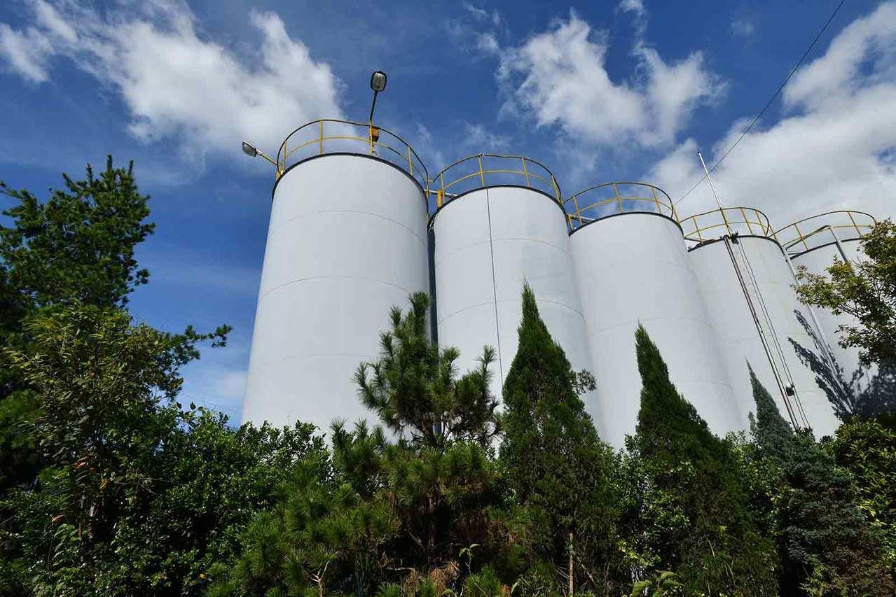 承德油脂位于新北市三峡区,小小2公顷的厂区拥有1,000多个油槽。(刘国泰摄)