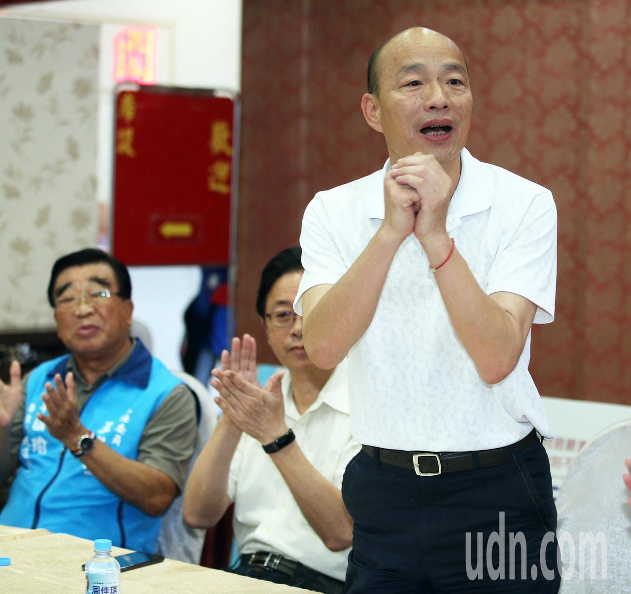高雄市长韩国瑜,今天中午前往潮州参加「高捷、高铁南延座谈会」,了解地方心声。记者...