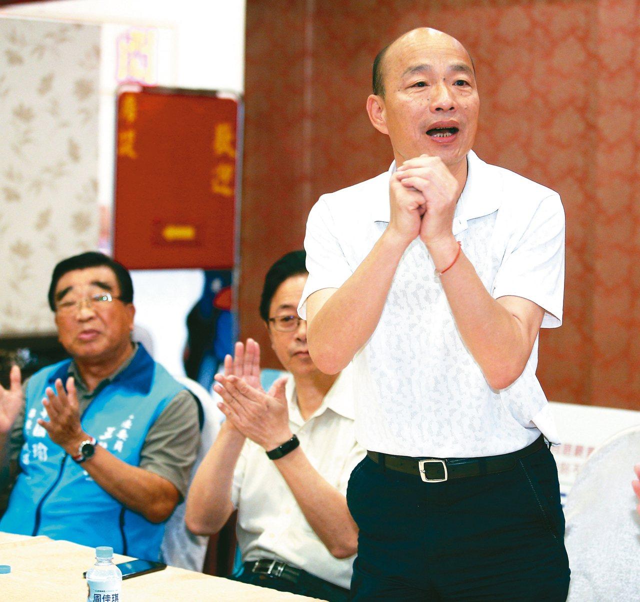国民党总统参选人韩国瑜(右)昨天宣示,若当选总统,将废除一例一休,也不会同意高铁...