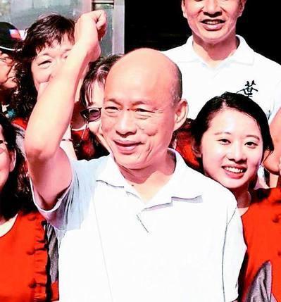 国民党总统参选人韩国瑜昨天参访小琉球,受到支持者欢迎。 记者刘学圣/摄影