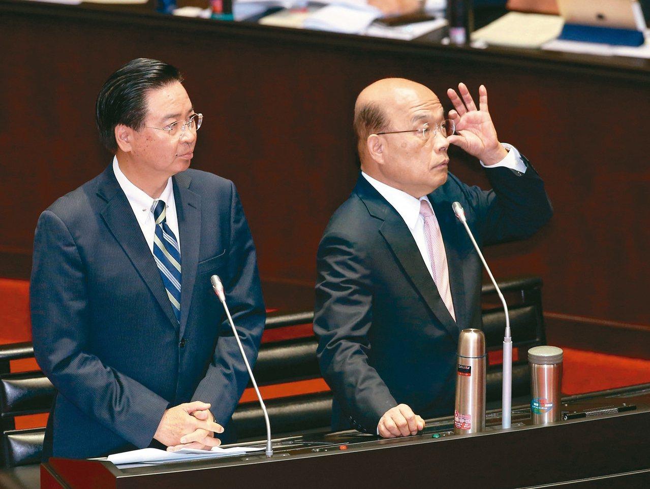 行政院长苏贞昌(右)与外交部长吴钊燮上午到立法院备询。 记者林澔一/摄影