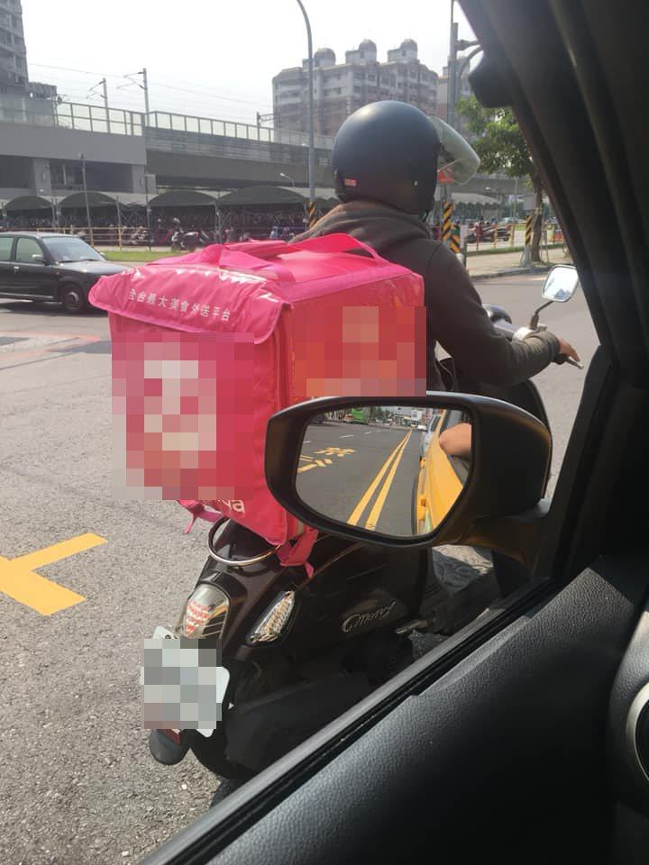有网友开车看到一名外送员违规逆向等红灯,他拍下照片PO网却引起其它网友质疑开车使...
