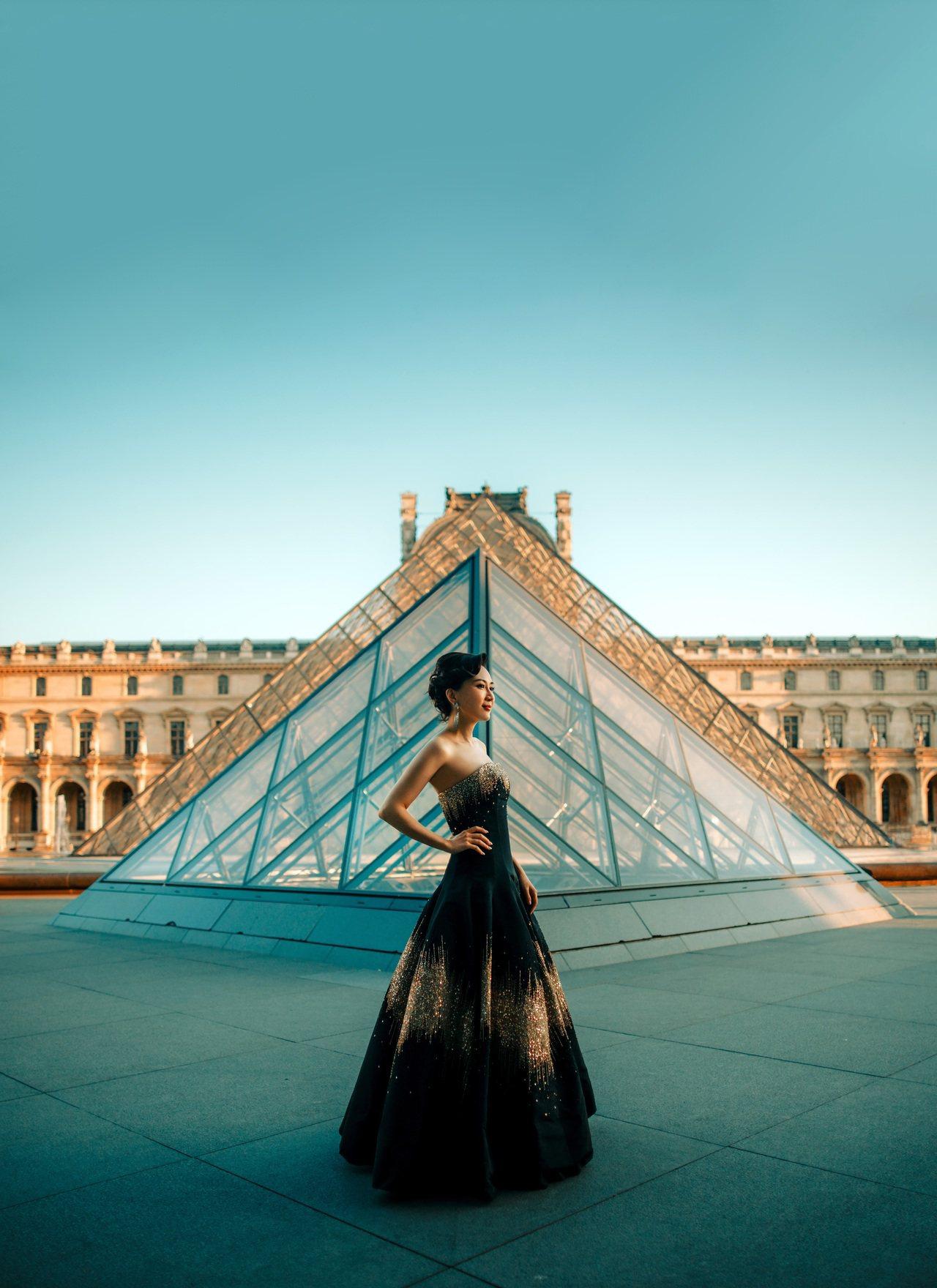 ANNA HU今年再度于巴黎高订时装周发全新音乐系列作品,并正式取得巴黎高订公会...