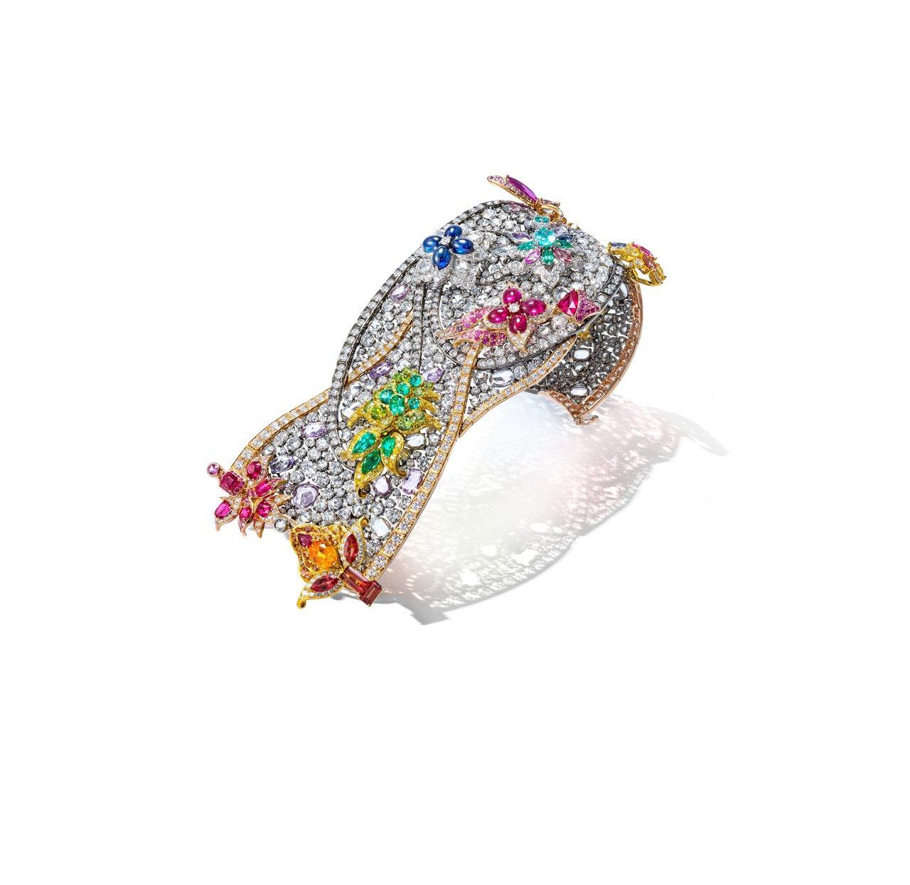 《圣巴西尔音乐手链》,手环使用了白金、玫瑰金、乌金及彩宝来表达圣巴西尔教堂鸟瞰时...