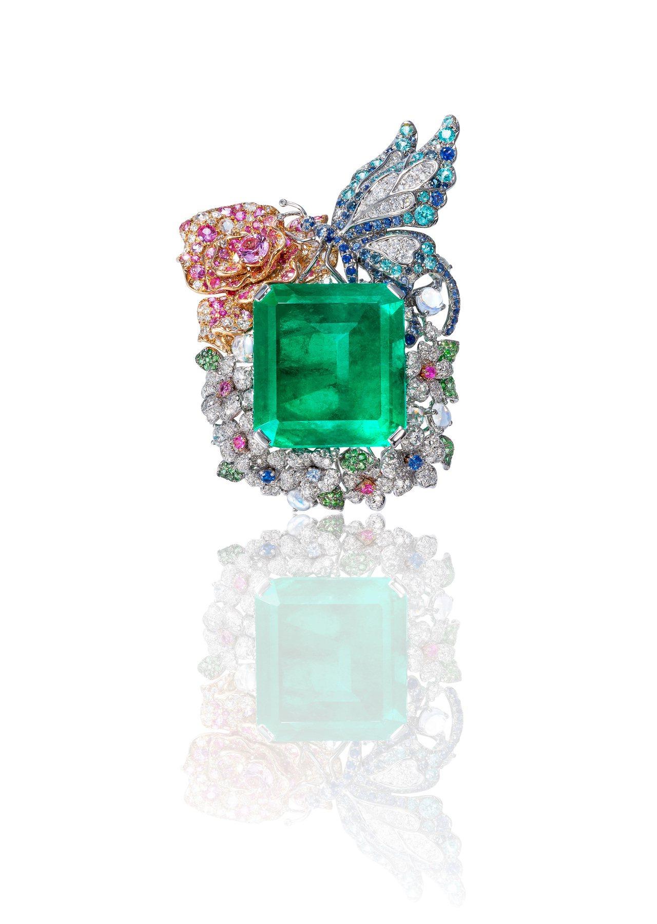 《玫瑰蝴蝶祖母绿戒指》,以43.83克拉祖母绿为主石,搭配月光石、彩色刚玉、白钻...