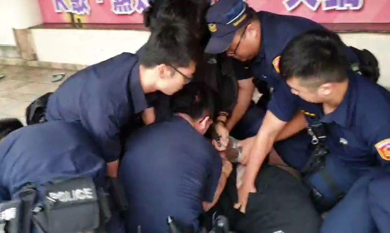 高雄市警方以优势警力压制对警叫嚣的男子。记者林保光/翻摄