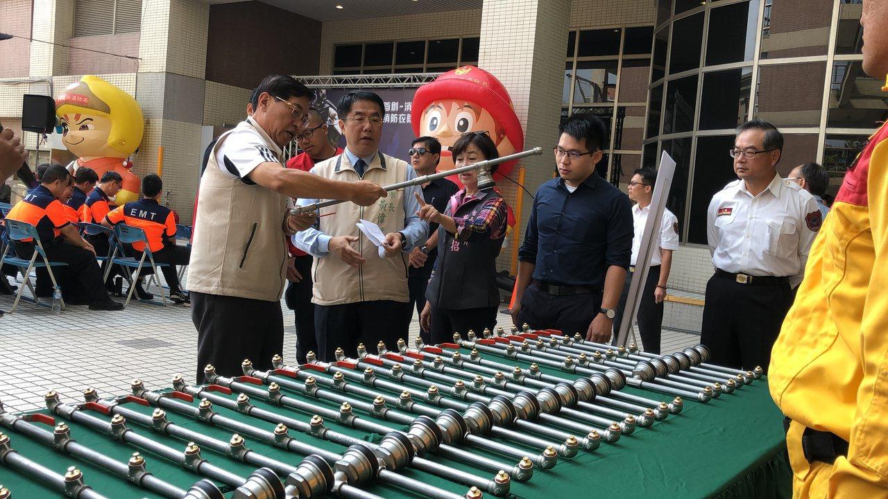 台南市长黄伟哲表示,市府109年预算已编列第2套消防衣的经费,在财政许可前提下,...