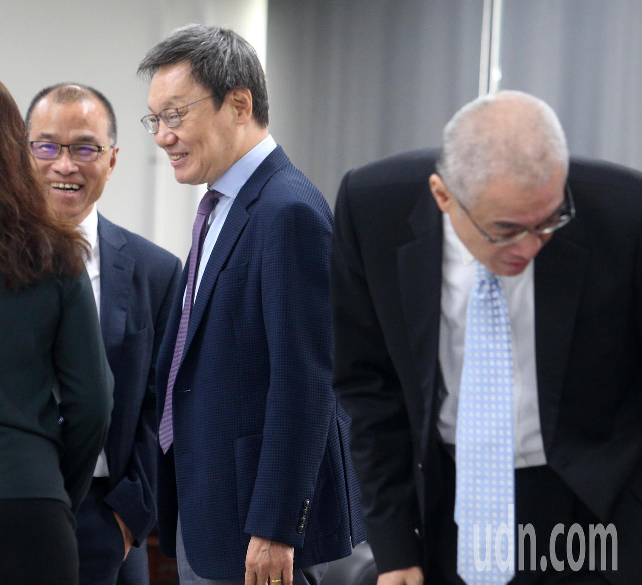 韩国瑜国政顾问团成员苏起(左二)陪同出席。记者刘学圣/摄影