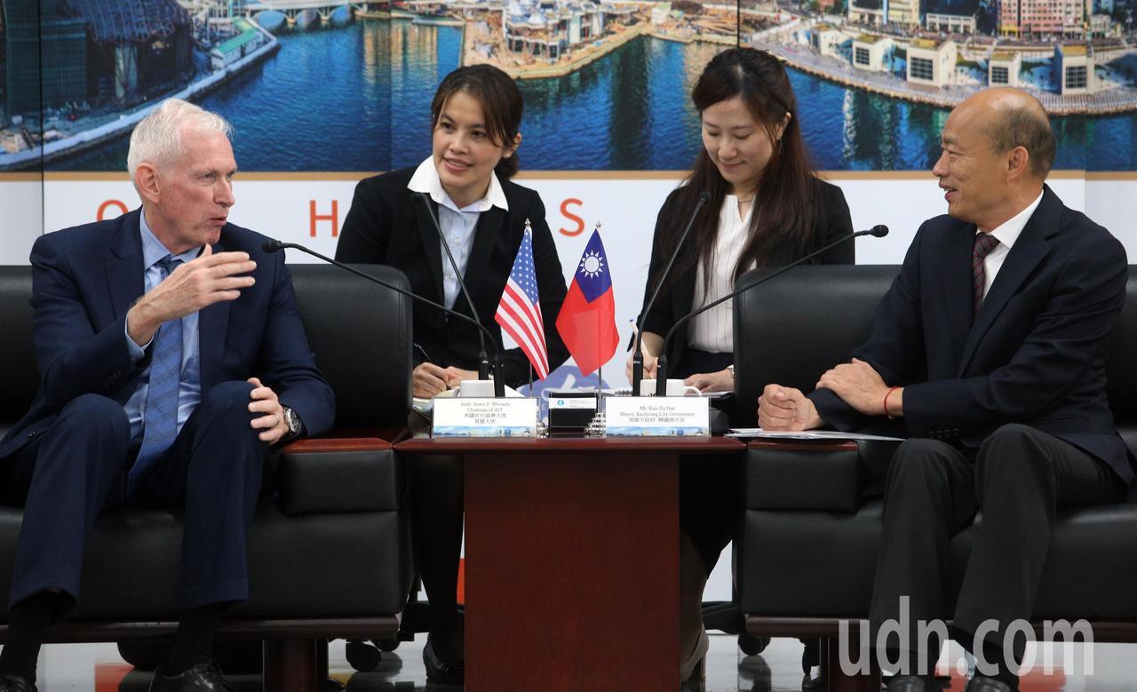 高雄市长韩国瑜(右)请假投入总统大选,今天为了与美国在台协会主席莫健(左)会面,...