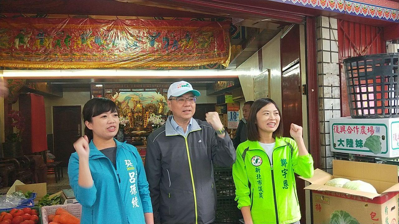 民进党主席卓荣泰(中)、新北市议员郑宇恩(右)陪吕孙绫(左)在淡水拜票,出发前大...