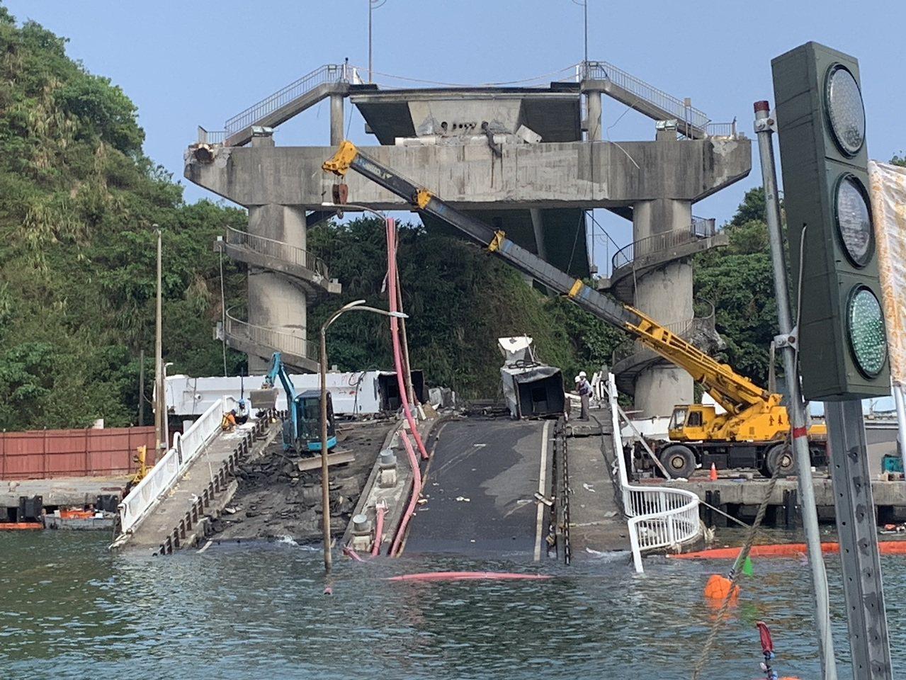 南方澳断桥拆除连日来作业情况。图/台湾港务公司提供