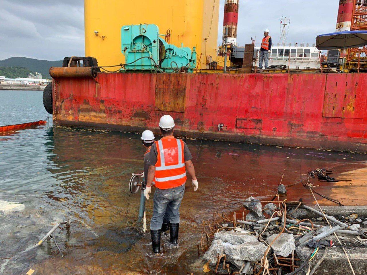 南方澳断桥拆除,台湾港务公司承包商昨天与今天以钻石链锯切割桥面板。图/台湾港务公...