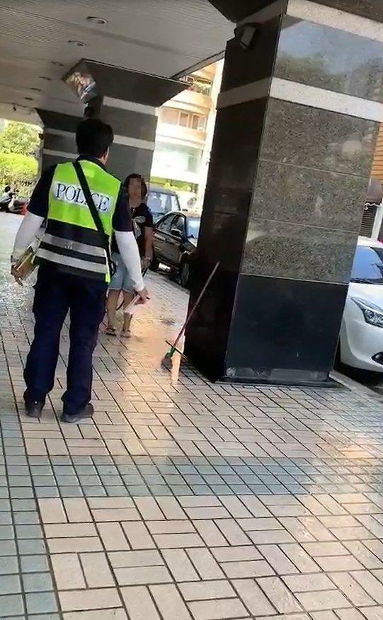 台中市辛姓小队长执行拖吊勤务,却遭妇人泼湿警察制服,双方理论过程遭路人拍下PO网...