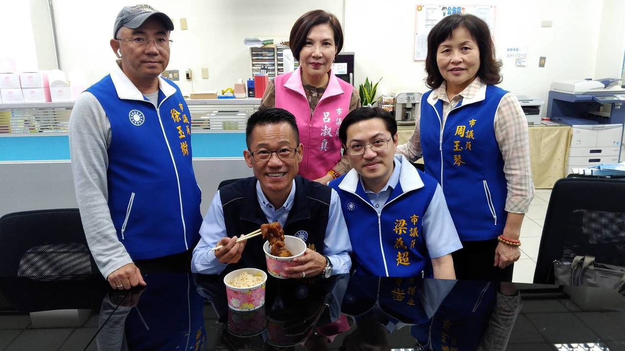 国民党桃园市议员刘安祺服务处昨晚遭2名枪手持空气枪射击,刘安祺(坐者左)险些遭弹...