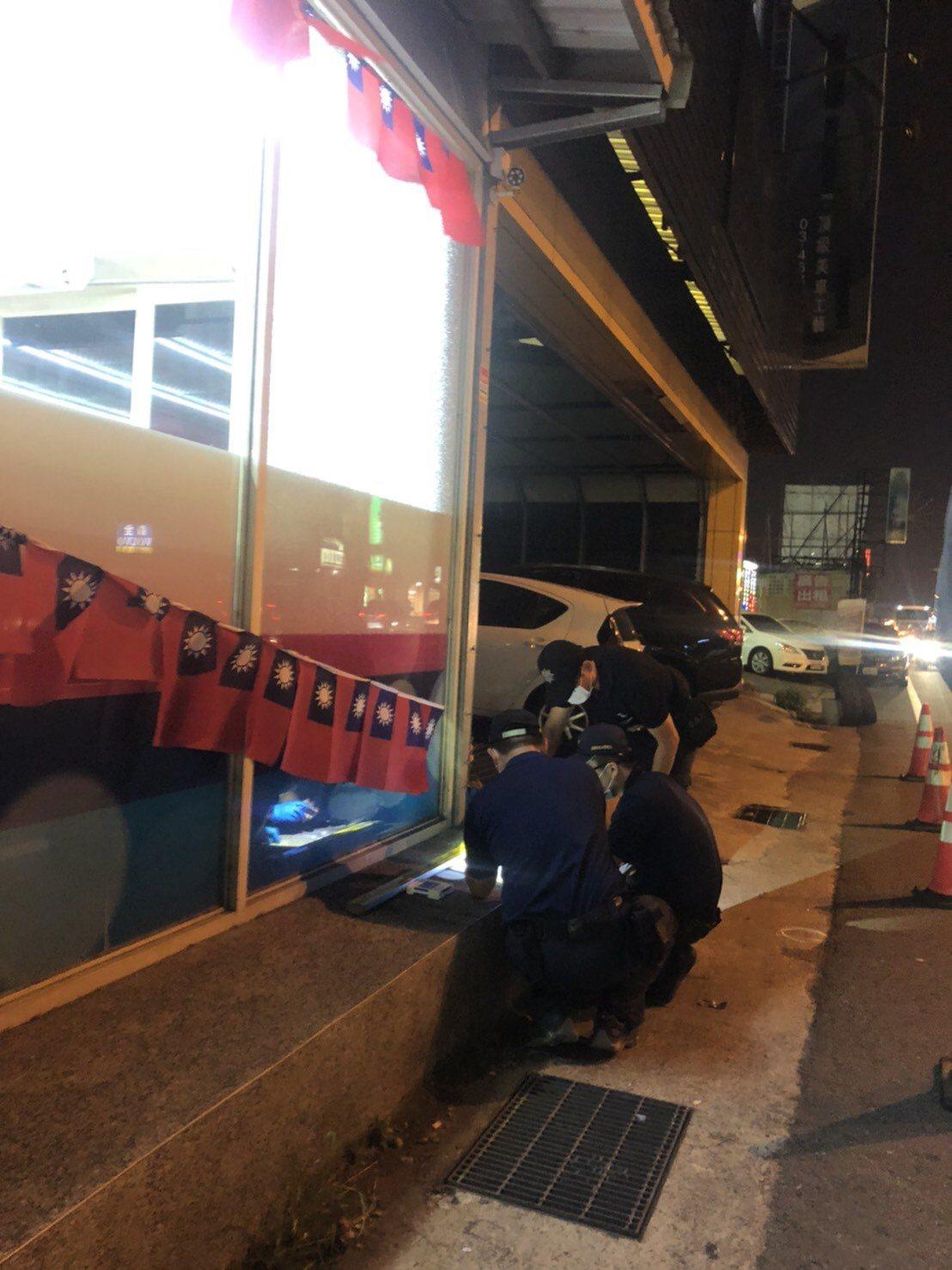 国民党桃园市议员刘安祺服务处外挂满小国旗,未料却因此遭2名枪手持空气枪射击。图/...