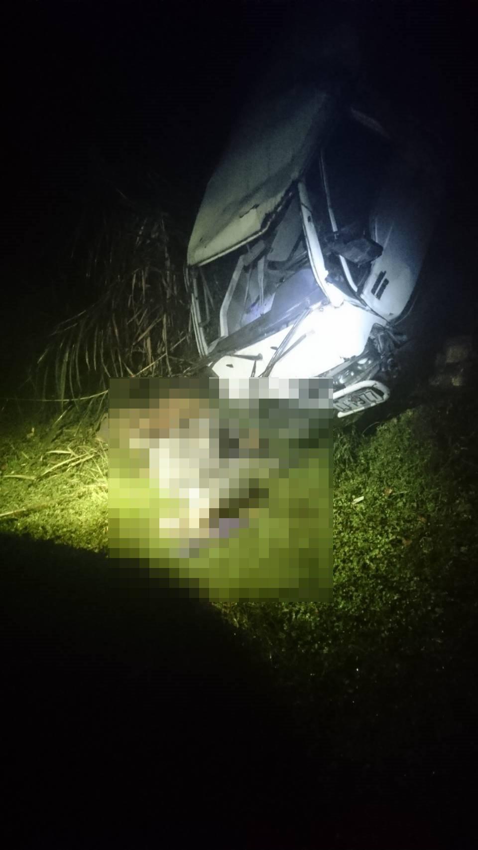 花莲万荣林道今天下午传出人车坠谷,驾驶死亡的意外。图/花莲县消防局提供