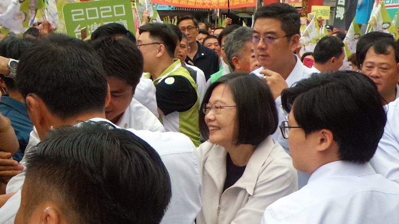 总统蔡英文到小港凤仪宫,获支持者欢迎。记者林保光/摄影