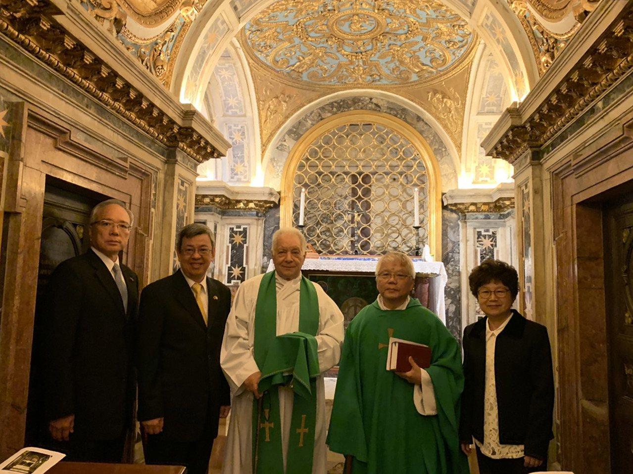 副总统陈建仁(左2)14日在驻梵蒂冈大使李世明(左1)陪同下,参加由神父邱琮杰(右...