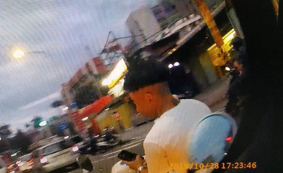年约28岁的李男10月28日下午5时许在路口停等红灯,他没戴安全帽,还不断低头滑...
