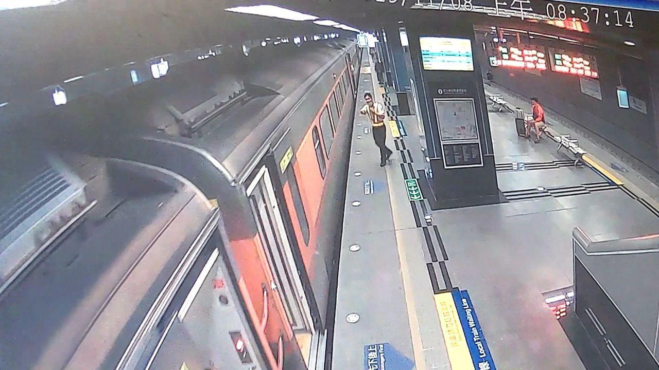 台铁自强号列车在凤山停车再开,站务人员也吓一跳。记者林保光/翻摄