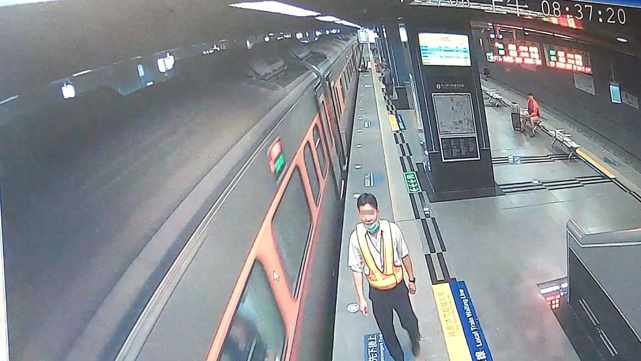 台铁自强号列车在凤山停车再开,站务人员向前了解,后方已有旅客跌下车。记者林保光/...
