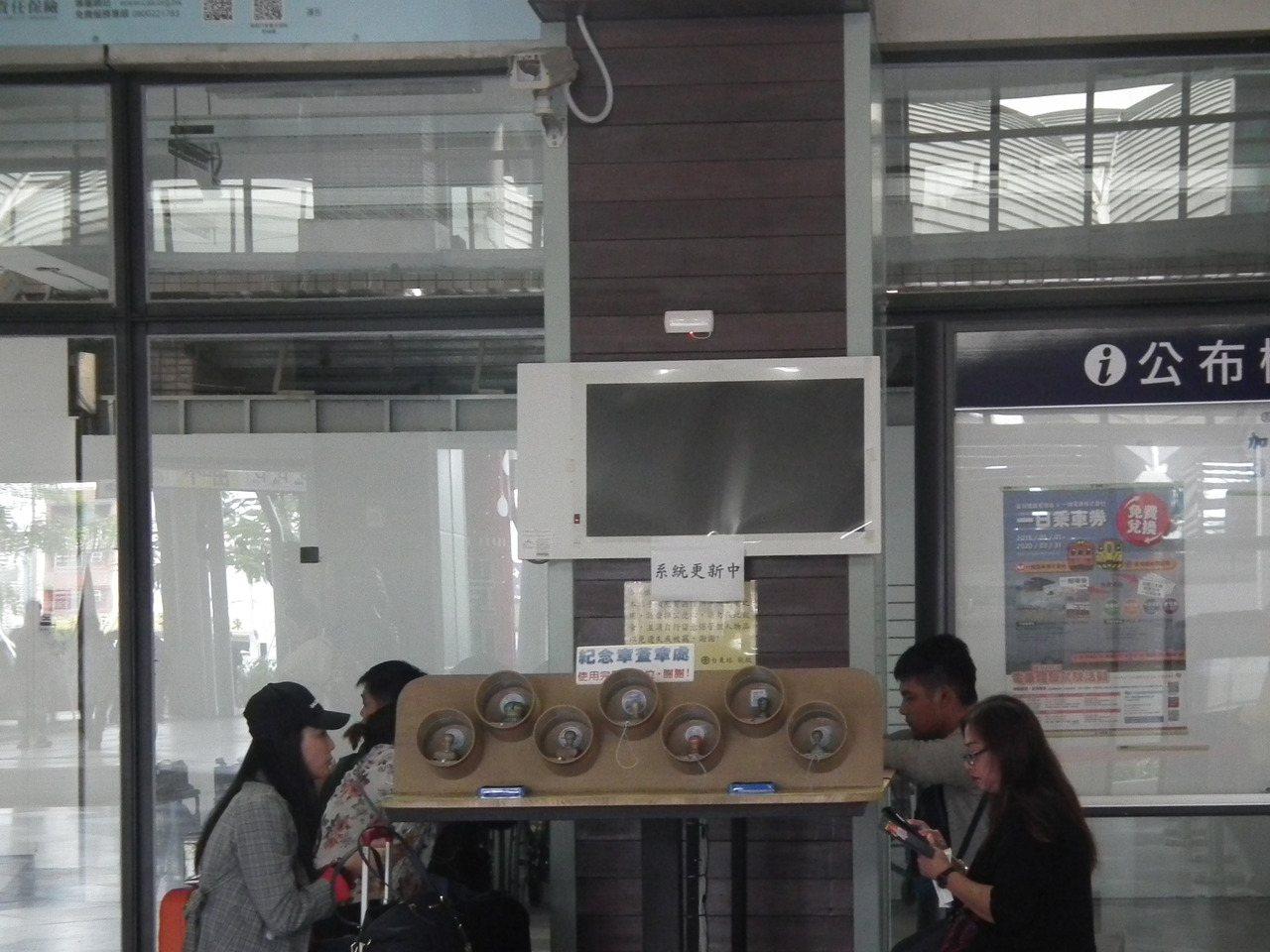 不少旅客等到手机没电,到充电区充饱手机等火车。图/读者提供