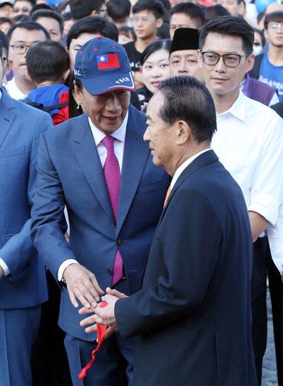 郭阵营表示,若宋楚瑜(右)有需要,郭台铭(左)不排斥站台。 图/联合报系资料照片