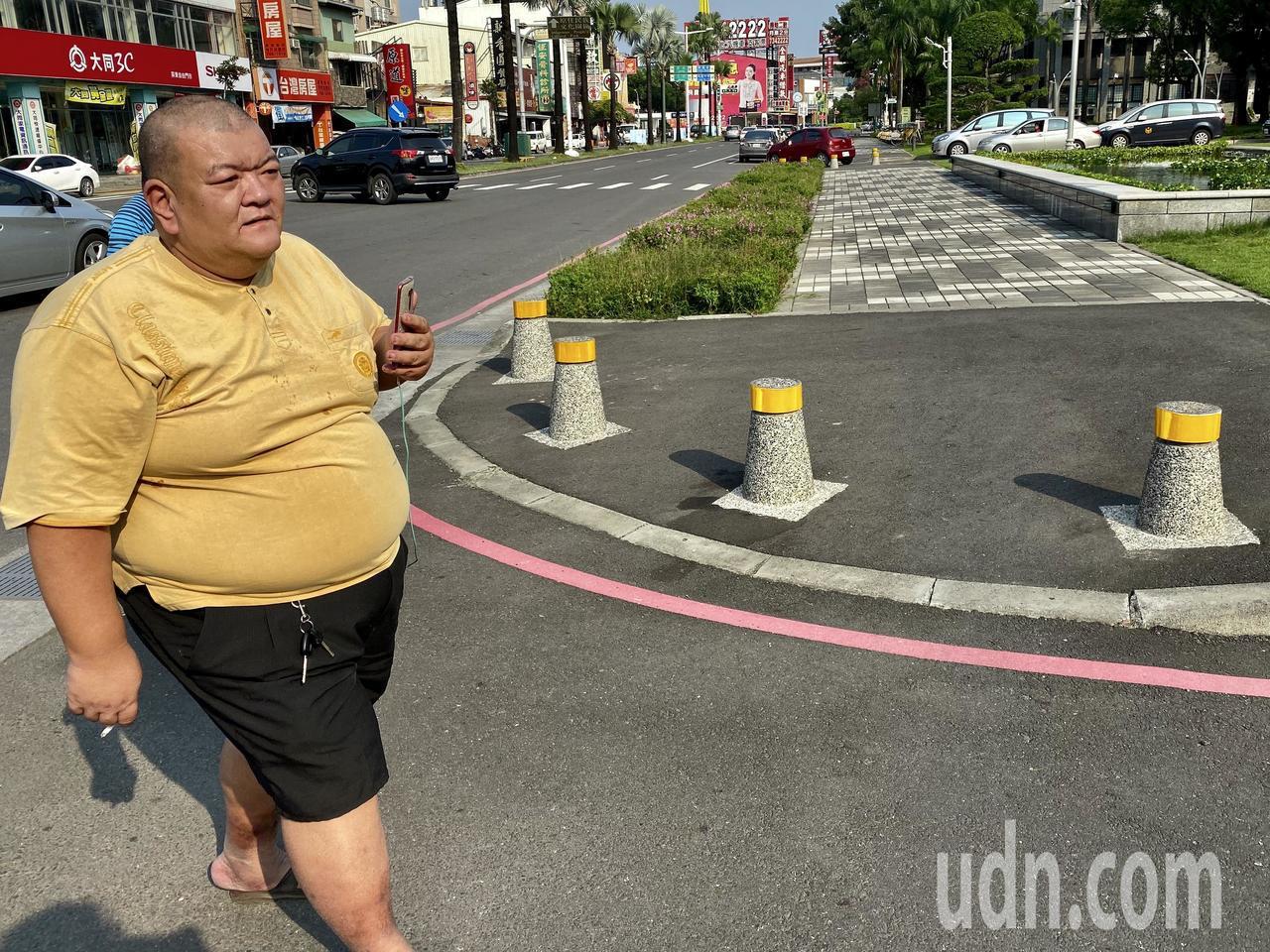 发蜡哥说他日前闯红灯被开单,但不满警方处置方式。记者江国豪/摄影