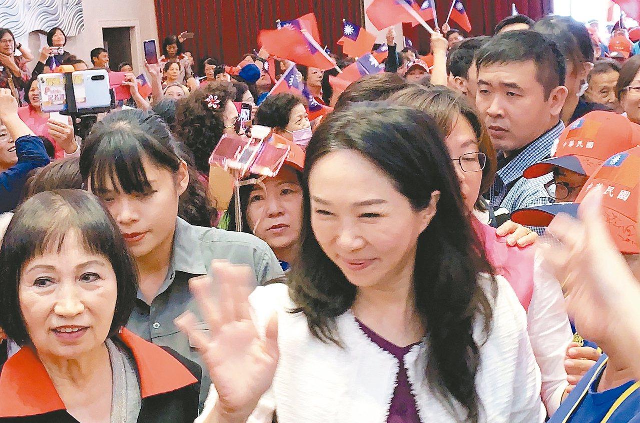 韩国瑜妻子李佳芬到屏东参加妇女后援会成立大会,受到热烈欢迎,并畅谈教育理念。 记...
