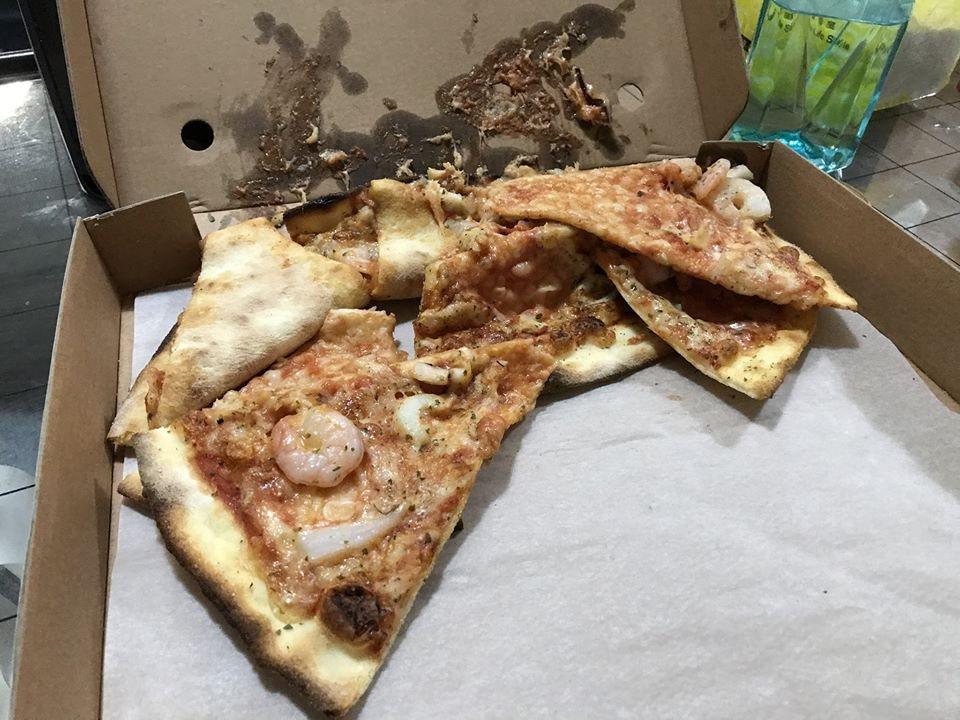 网友订外送披萨,收到后状况惨不忍睹。图撷自靠北Ubereats