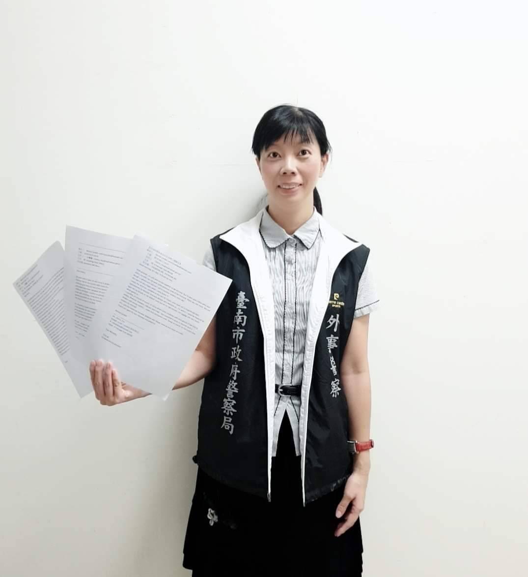 台南市警六分局巡官许俪馨,协助比利时人解决手机通讯问题。 图/台南市警六分局提供